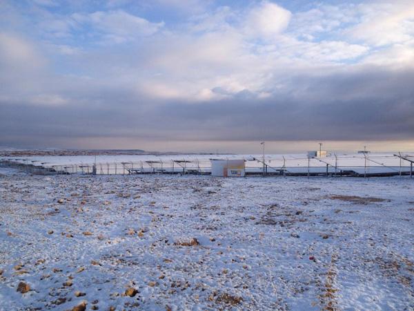שלג מכסה מערכת סולארית במצפה רמון