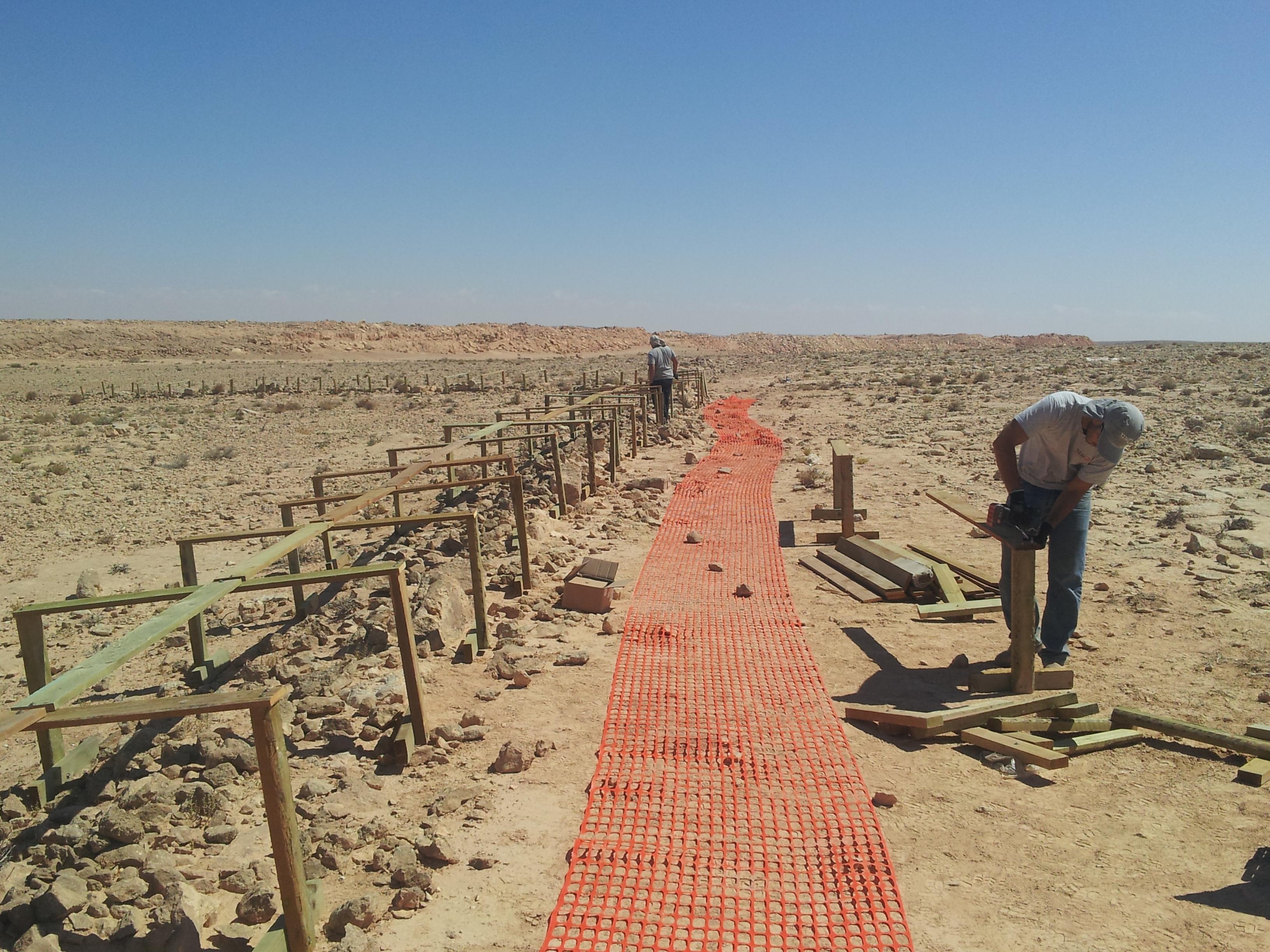 חיפוי אמת המים הנבטית באתר המערכת הסולארית הקרקעית במצפה רמון