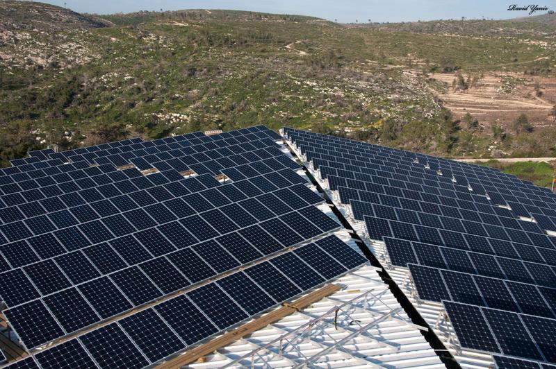 לוחות סולאריים גג מעל 700 מטר